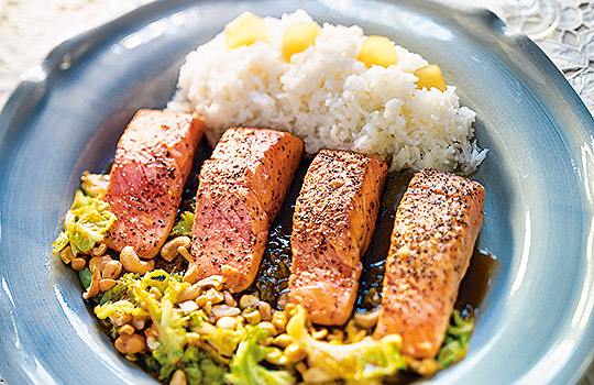 Halstrad lax med varm savojkålssallad och ris