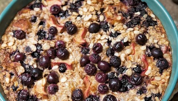 Baked oats med blåbär och rabarber