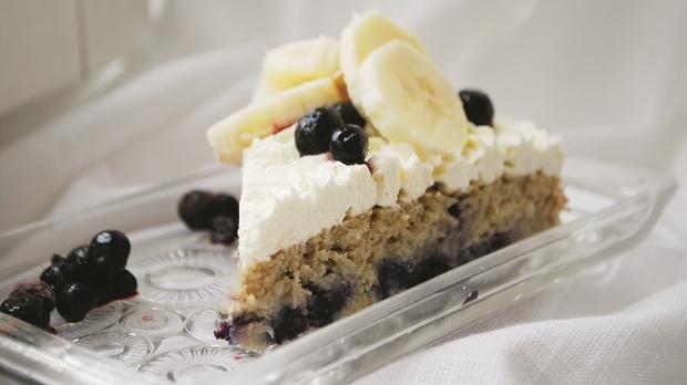 Glutenfri-och-sockerfri-banan-och-blåbärskaka